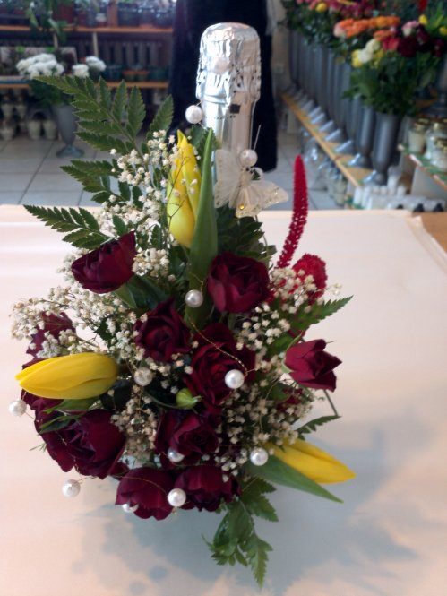 Šampano butelis dekoruotas gėlėmis
